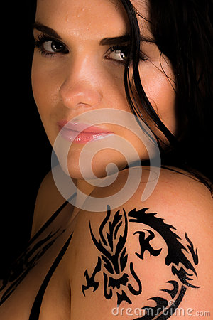 Mujeres atractivas jovenes con un tatuaje en su hombro