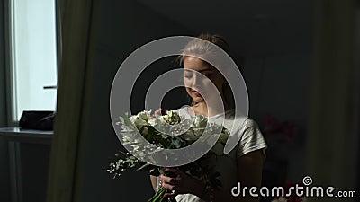 Una joven encantadora se alegra de ver el maravilloso ramo que se le ha presentado metrajes