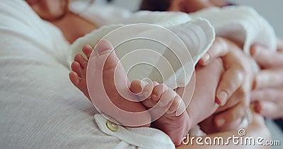 Una madre caucasica che tiene il neonato in ospedale archivi video