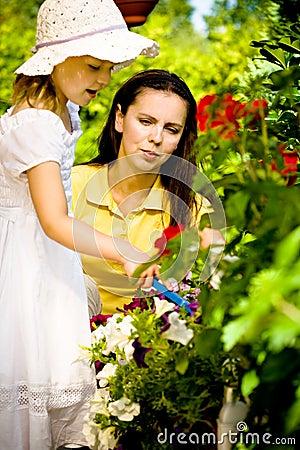 Del Primer Una Madre Con Sus Flores Que Ocupan Hija Joven