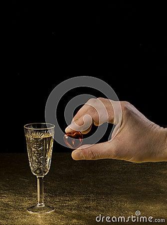 Una mano masculina sostiene un corazón y un vidrio