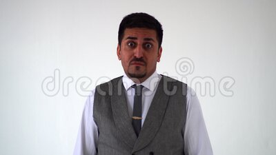 Una mirada impactante de un hombre oriental El árabe muestra emociones de sorpresa almacen de metraje de vídeo
