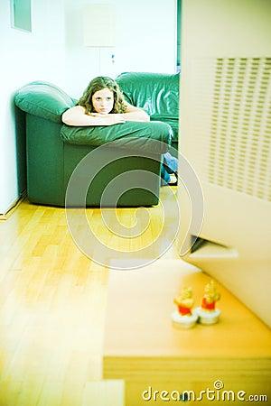 Una muchacha que ve la TV