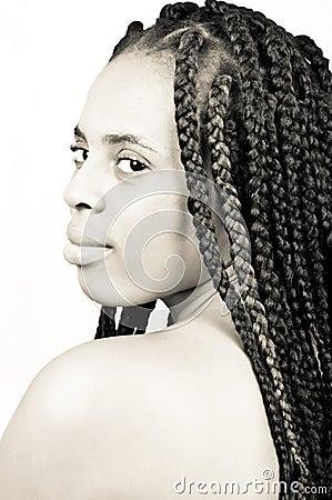 Una mujer africana joven y hermosa con las trenzas del pelo