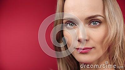 Una mujer con una actitud seductora y sonriente relajándose sintiendo una emoción positiva de cerca almacen de metraje de vídeo