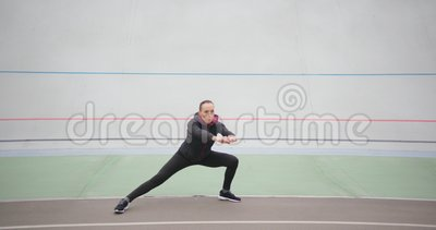 Una mujer muscular que hace ejercicio en el exterior almacen de metraje de vídeo