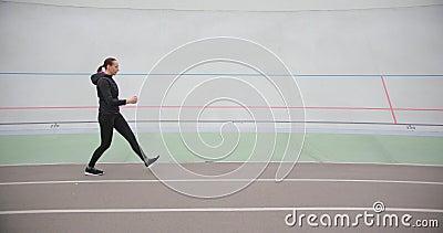 Una mujer muscular que hace ejercicio en el exterior almacen de video