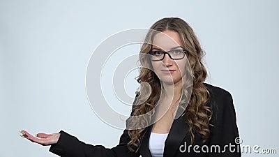 Una mujer que señala con la mano por algo, luego asinte con la cabeza con espacio de copia, cámara lenta almacen de video