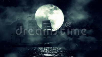Una nave di navigazione vecchia verso la metà di una notte nell'oceano su un fondo della luna piena video d archivio