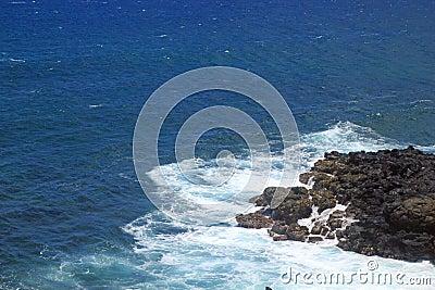 Una pequeña sección de la lava y del Pacífico