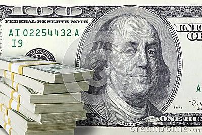 Una pila di cento banconote in dollari con una grande fattura nel backg