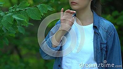Una ragazza che si gode le foglie verdi, che tiene in mano lo striscione di Save Planet, risolve il problema ecologico video d archivio