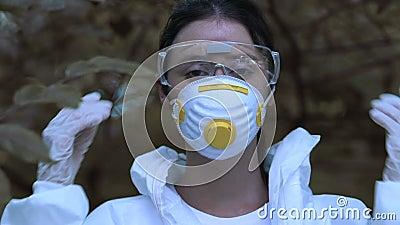 Una ragazza che toglie vestiti protettivi, respira aria fresca, ripristino ecologico stock footage