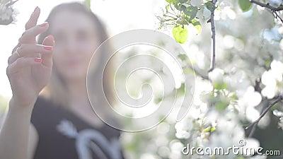 Una ragazza in un giardino di fioritura stock footage