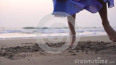 Una ragazza vestita in modo orientale sta ballando una danza tradizionale indiana o araba orientale stock footage