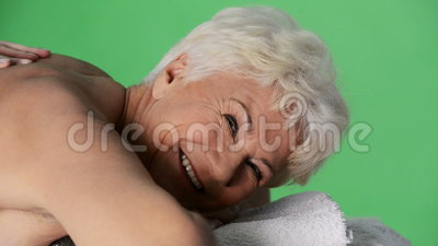 Una signora anziana che si trova al salone della stazione termale. archivi video