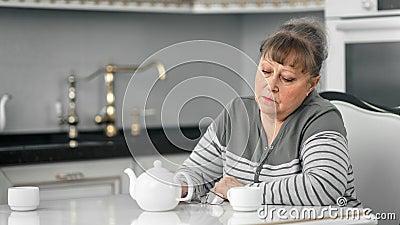 Una signora infelice sola seduta sul tavolo a fare una pausa caffè ha un'emozione depressa stock footage
