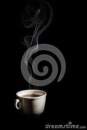 Una taza de café con humo