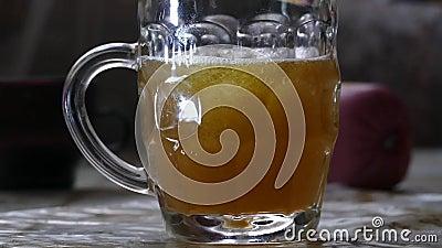 Una taza de cerveza con espuma almacen de video