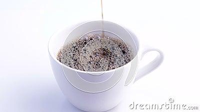 Una tazza di caffè bianca sul tavolo Caffè in slow motion stock footage