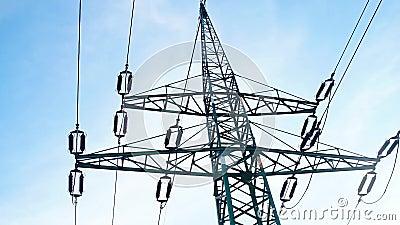 Una torre de transmisión de gran potencia, metálica y en caída metrajes