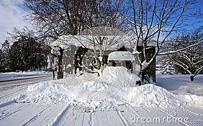 Una vecchia tettoia un giorno di inverno