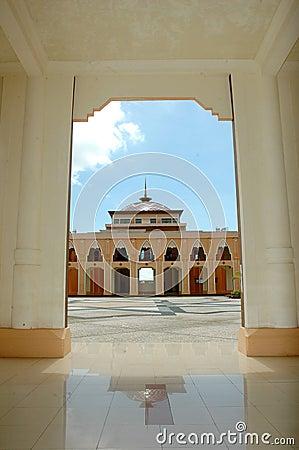 Una vista alla moschea Baitul Izzah