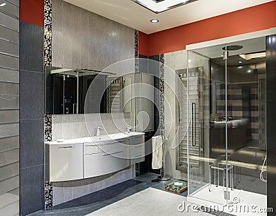 Dettaglio di un interno moderno del bagno con la doccia di lusso e ...