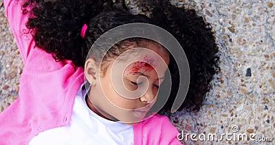 Unbewusstes Mädchen gefallen auf dem Boden nach Unfall stock video