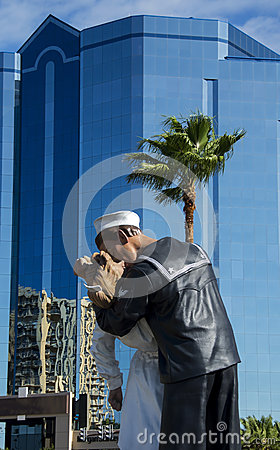 Free Unconditional Surrender Statue In Sarasota Royalty Free Stock Image - 35329756
