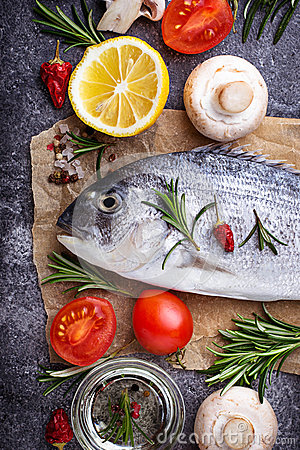 Free Uncooked Dorado Fish With Rosemary And Vegetables Royalty Free Stock Photography - 89852507