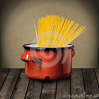 Free Uncooked Italian Spaghetti In A Red Pot Royalty Free Stock Photo - 41435685