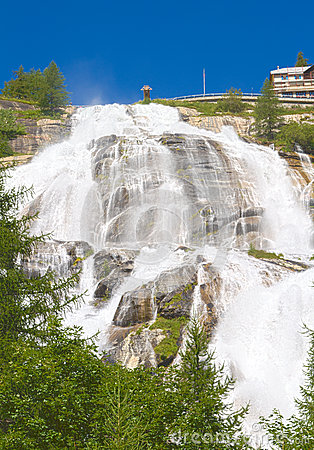 Under en vattenfall toceflod