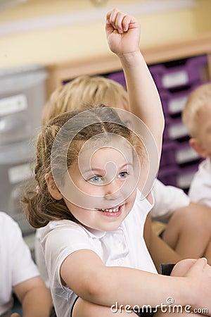 Children of Children of Nuggets - the long box - Page 4 Une-eacutecoli-egravere-soul-egraveve-sa-main-dans-une-classe-primaire-thumb6080973