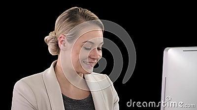 Une élégante femme d'affaires applaudissant au bureau regardant l'écran, la chaîne alpha clips vidéos