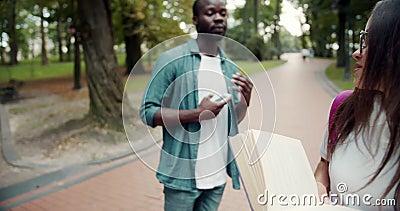 Une étudiante avec un coup de livre dans un parc banque de vidéos