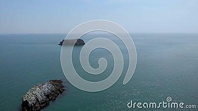 Une antenne vers l'arrière indiquer la longueur de deux îles basculent, deux kayakers et un littoral rocheux avec de l'eau turquo clips vidéos