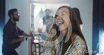 Une belle et belle jeune femme caucasienne dansant avec des amis multiethniques lors d'une fête festive amusante ralenti banque de vidéos
