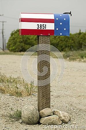 Une boîte aux lettres patriotique rouge, blanche et bleue des États-Unis Photo éditorial