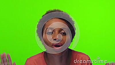 Une femme africaine devant l'appareil photo et faisant un coup de pied Clé chromatique banque de vidéos