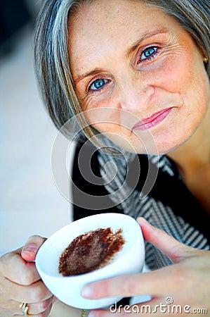 Une femme d affaires plus âgée appréciant le café
