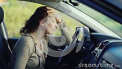 une femme frustrante avec un t l phone s 39 assied dans la voiture pr parez pour pleurer tr s. Black Bedroom Furniture Sets. Home Design Ideas