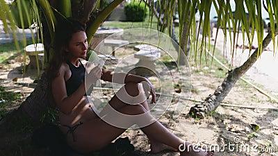 Une femme insouciante profitant de la mer tropicale thaïlandaise banque de vidéos