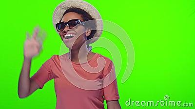Une femme noire porte chapeau de paille et lunettes de soleil, invite à se joindre aux vacances, clé chroma banque de vidéos
