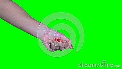 Une femme ouvre la paume avec une nouvelle clé de maison touche chromatique verte 4 Ko banque de vidéos