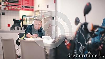 Une femme sans mains est en train de déjeuner dans un café du bureau clips vidéos