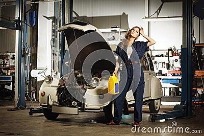 Une femme sexy lavant une voiture dans un garage photos - Combien un garage reprend une voiture ...