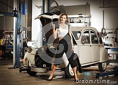 Une femme sexy r parant une voiture dans un garage photos - Combien un garage reprend une voiture ...