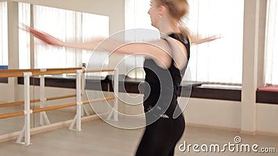 Une fille dans une chemise de sports et des gu?tres dansant dans un style moderne ?nergique dans la danse Dur labeur clips vidéos