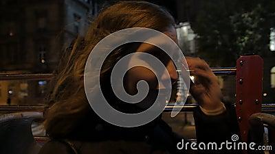 Une Fille En Tour De Bus De Nuit banque de vidéos